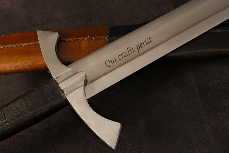 Rendez votre épée ou votre dague unique avec la personnalisation par gravure laser de sa lame | Associé à notre centre logistique, notre atelier de personnalisation permet de graver la lame des épées et dagues au laser.