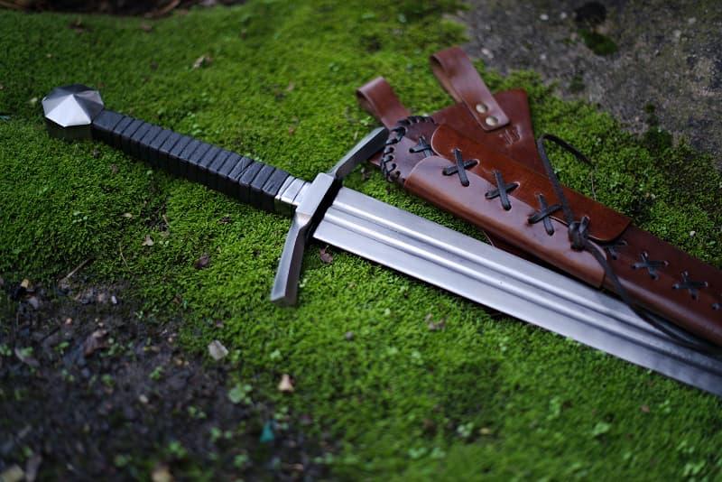 Épée médiévale de frappe à deux mains, fourreau lacé en cuir