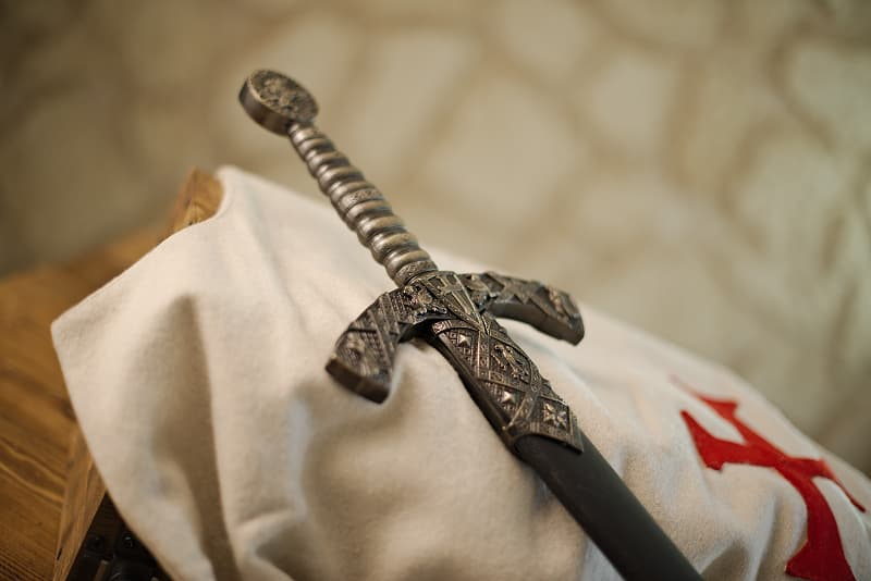 Épée templière, fourreau noir