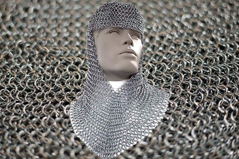 Pièce d'armure médiévale en mailles aboutées (capuchon de mailles)