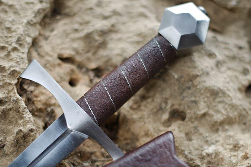 Dague médiévale de combat, pommeau hexagonal facetté, fourreau bois recouvert de cuir brun