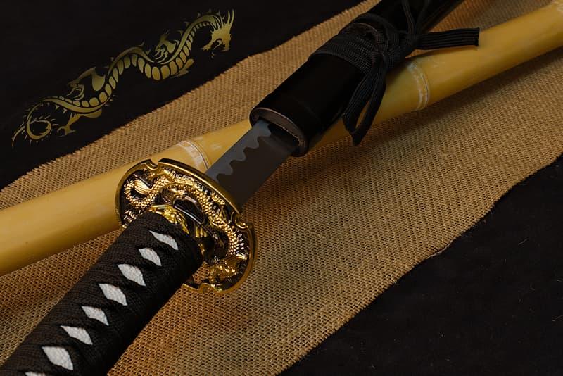 Katana de décoration, saya noire avec dragon doré sérigraphié, tsuba dragon et samouraïs | Tapi dans les ombres, je veille. Reflétant les rayons de la lune, mes écailles brillent telles des plaques de métal.