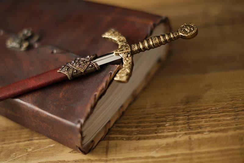 Coupe-papier / ouvre-lettre épée templière fourreau rouge