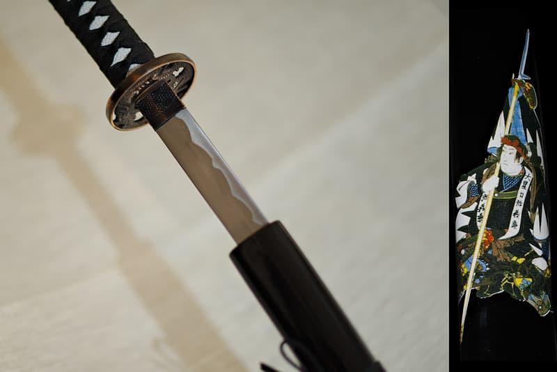 Katana de collection, saya noire avec samouraï armé d'une Yari (槍 lance japonaise) sérigraphié, tsuba dragon | Mon maître samouraï avait une sensibilité particulière pour les grandes lances. Il appréciait particulièrement l'entraînement avec sa Yari (槍) préféré, au point qu'il a décoré mon fourreau avec une estampe qui le représente portant cette lance de près de 4 mètres.
