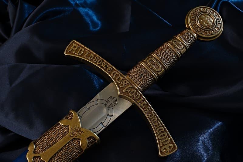 Épée médiévale de décoration, lame gravée, garde et pommeau avec inscriptions en latin, fourreau bleu France et Fleurs de lys