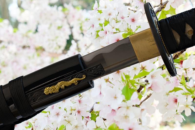Wakizashi tranchant avec fourreau (saya 鞘) en bois, livré avec une housse de protection en tissu | Comme dit le proverbe : « La plus belle des fleurs est celle de cerisier, le meilleur des hommes est le guerrier » (花は桜木人は武士).