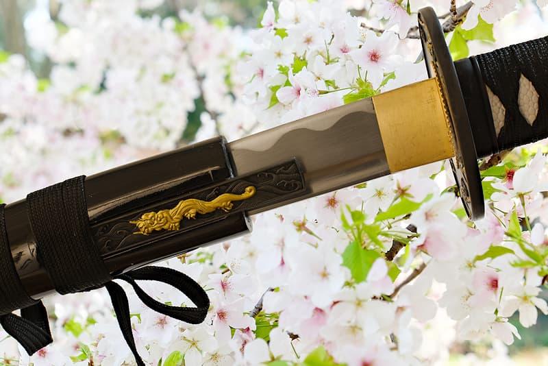 Katana tranchant avec fourreau (saya 鞘) en bois, livré avec une housse de protection en tissu | Comme dit le proverbe : « La plus belle des fleurs est celle de cerisier, le meilleur des hommes est le guerrier » (花は桜木人は武士).