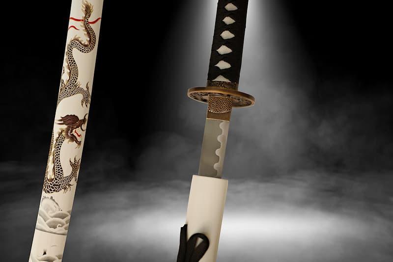 Katana de collection Tsuka-Ito (柄糸) et Sageo (下緒) noires, Saya (鞘 fourreau) blanche avec sérigraphie représentant un dragon entre ciel et mer | La légende raconte que je suis mystérieux, visible seulement des élus que je choisis. Blanc dans la lumière, noir de nuit, je disparais comme le dragon qui orne mon fourreau (鞘 Saya), entre les vagues marines et les nuages les plus élevés.