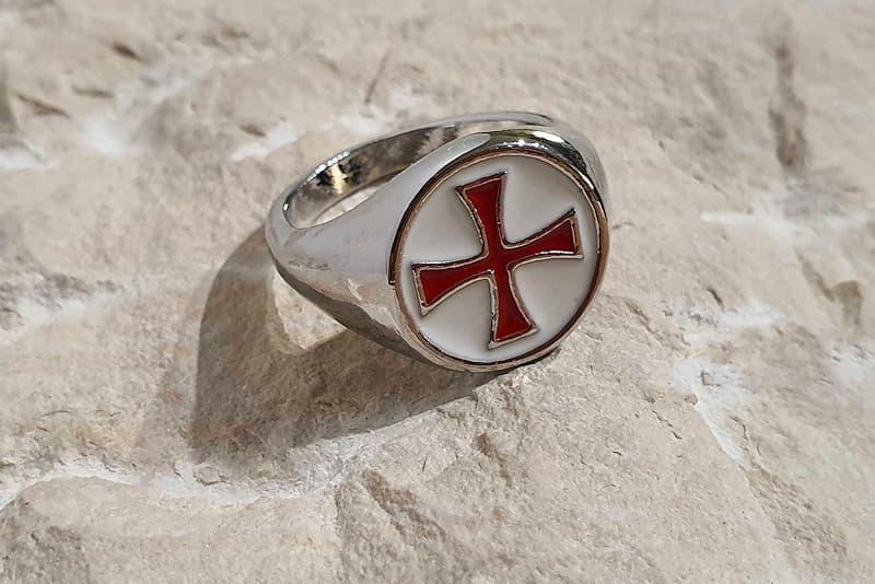 Bague en métal argenté, plateau blanc avec croix pattée rouge des chevaliers templiers
