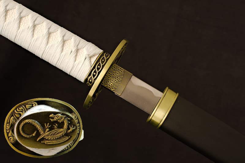 Katana de collection avec saya (鞘) noir mat avec éléments métalliques, pommeau (頭 Kashira) avec dragon | C'est par le feu d'un dragon que j'ai été forgée. J'en ai conservé le symbole, discret, sur ma monture blanc et noir. Blanc, symbole de mort, et noir, comme l'encre avec laquelle mon maître samouraï utilisait dans sa pratique de la calligraphie.