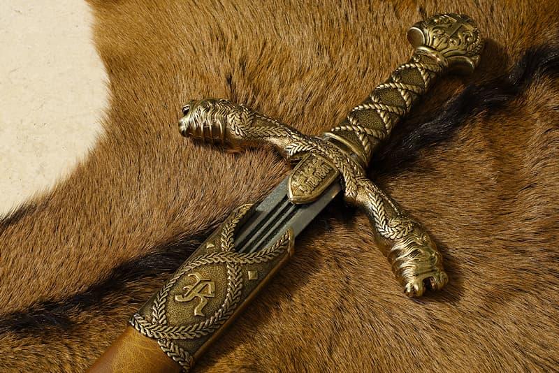 Épée médiévale de collection, éléments en métal avec motifs associés au roi d'Angleterre (pommeau, poignée, garde et fourreau)