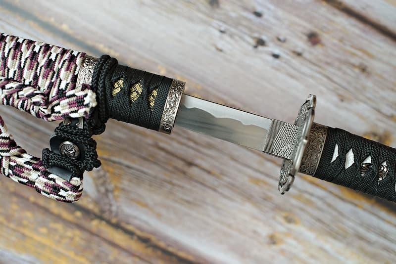 Tachi de collection (飾太刀 kazaritachi) avec tressages noir, blanc et brun | Je suis née il y a plusieurs siècles, bien avant l'ère Heian (794-1185). J'ai été forgée, non pas dans le but de combattre, mais pour l'honneur de mon maître. Je suis un kazaritachi (飾太刀) ou tachi de décoration.