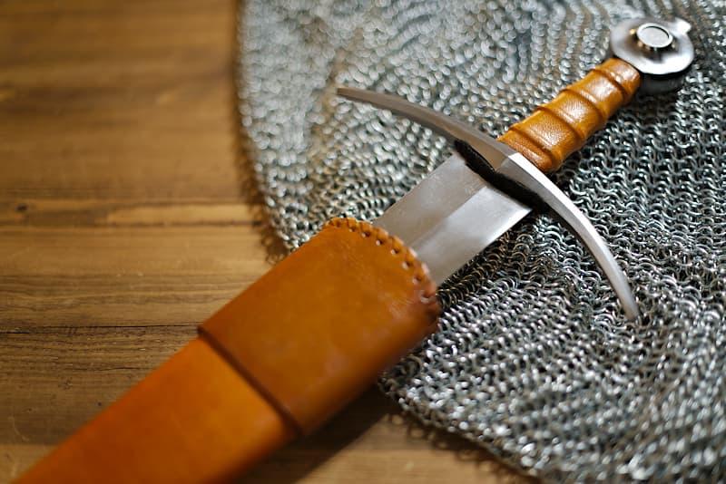 Épée d'estoc européenne forgée, XVᵉ / XVIᵉ siècle, garde et pommeau en acier, poignée et fourreau en bois et cuir brun / ocre
