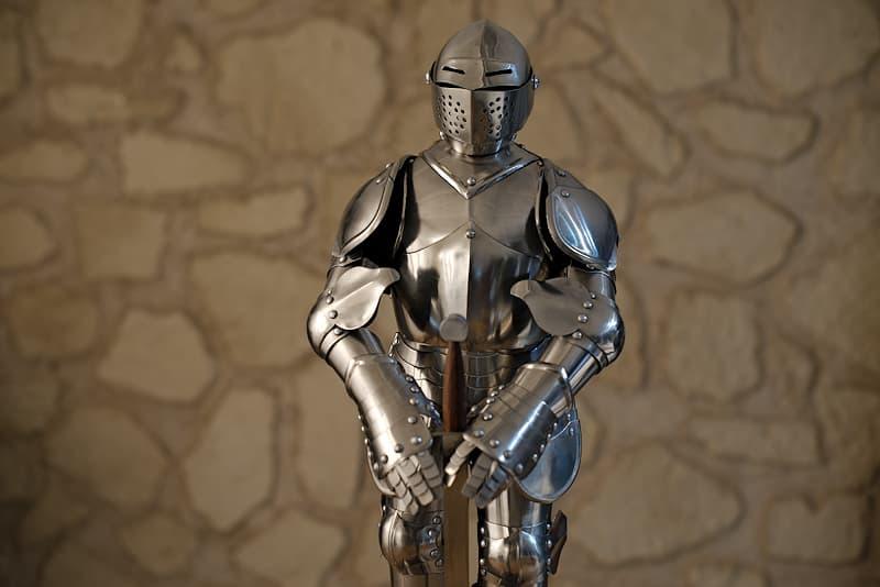 Reproduction (miniature, échelle 1/3) d'une armure médiévale française, avec épée et support (livrée montée)