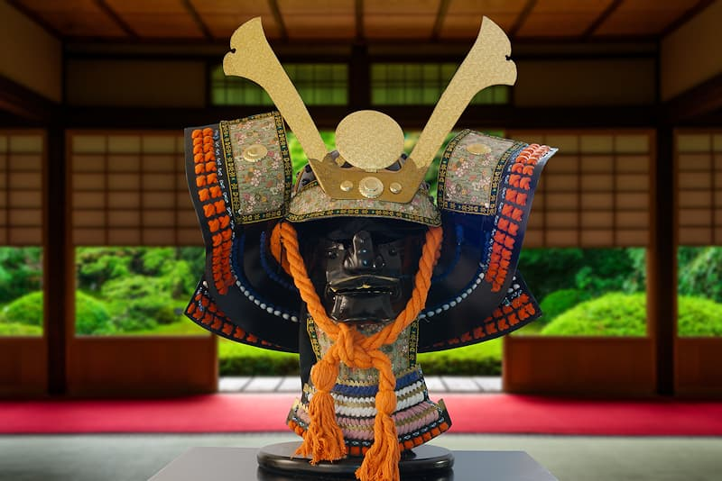 Casque de samouraï (XVIᵉ - XVIIIᵉ siècles), avec support et coffret en bois verni | Je n'ai servi qu'un seul maître, un samouraï connu pour sa bravoure sur le champ de bataille mais également sa mansuétude en temps de paix.